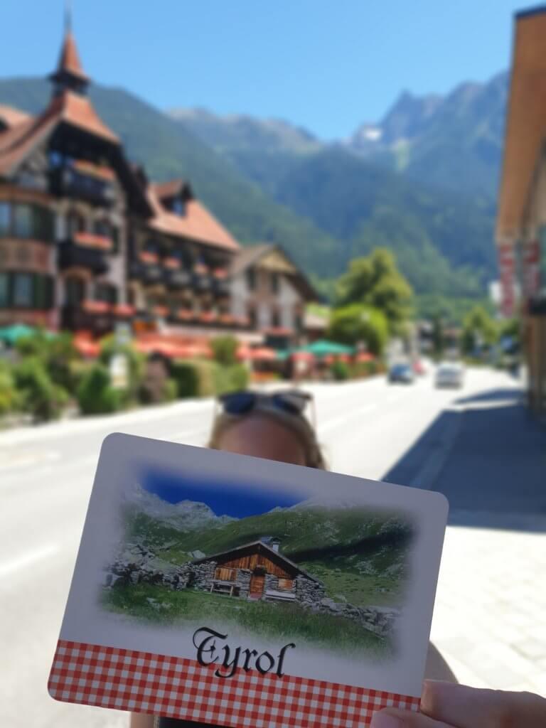 Michaela schreibt Postkarten von ihrem Kurztrip nach Tirol.