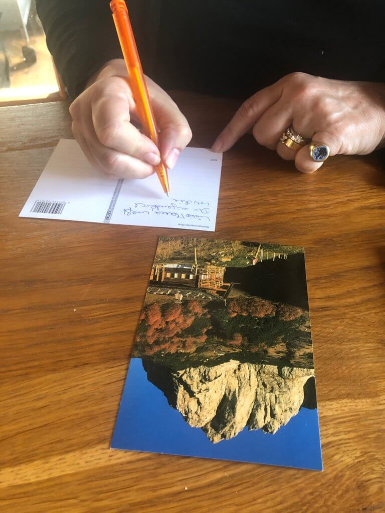 Auch Carla schreibt gerne Postkarten